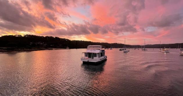 Hunky Dory Houseboat