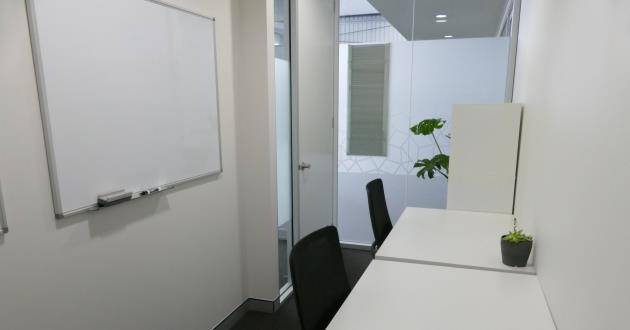 Coworking space (hot-desk/permanent desk) with natural light
